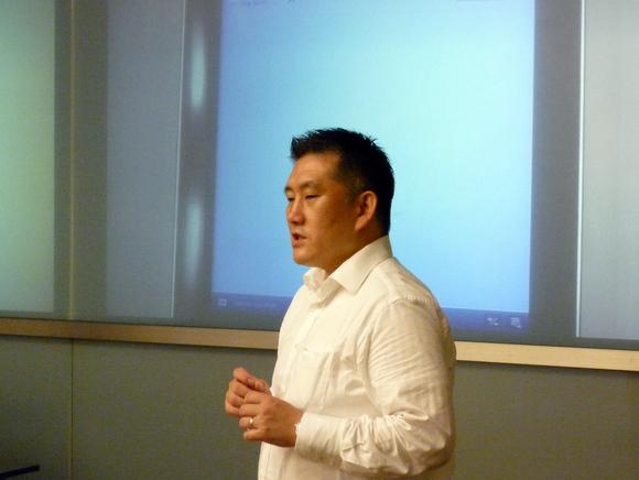 ワークショップの概要について説明する株式会社ジェネコムの高岡氏